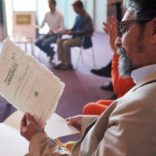 GF Alois Autischer-E.-Norman empfängt die Urkunde für den aktuellen LAUBE-GWO-Bericht 2020 © Foto FLAUSEN